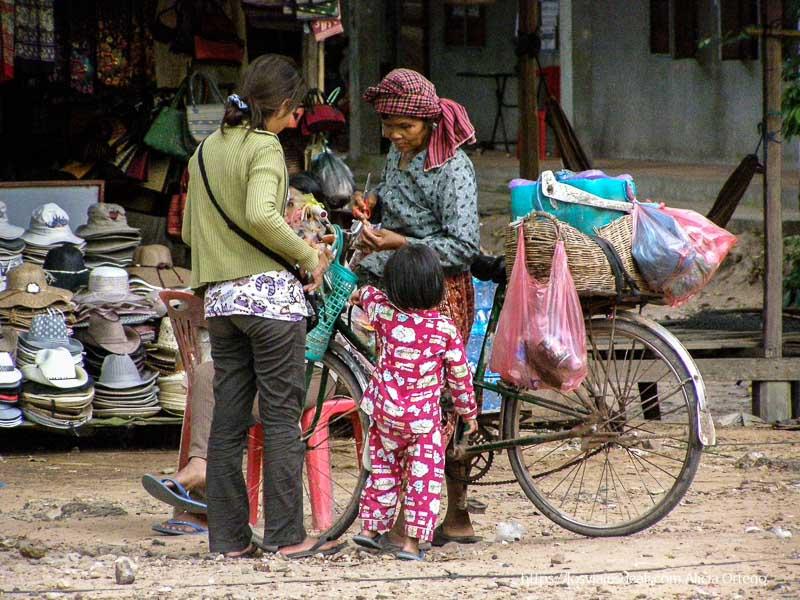 mujeres y niña con bicicleta templos de angkor