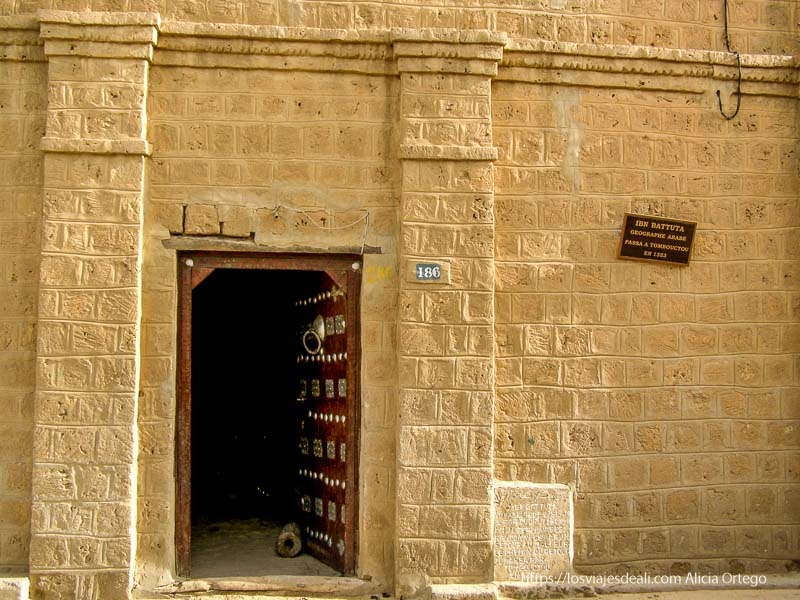 puerta de la casa donde estuvo ibn battuta en tombuctú