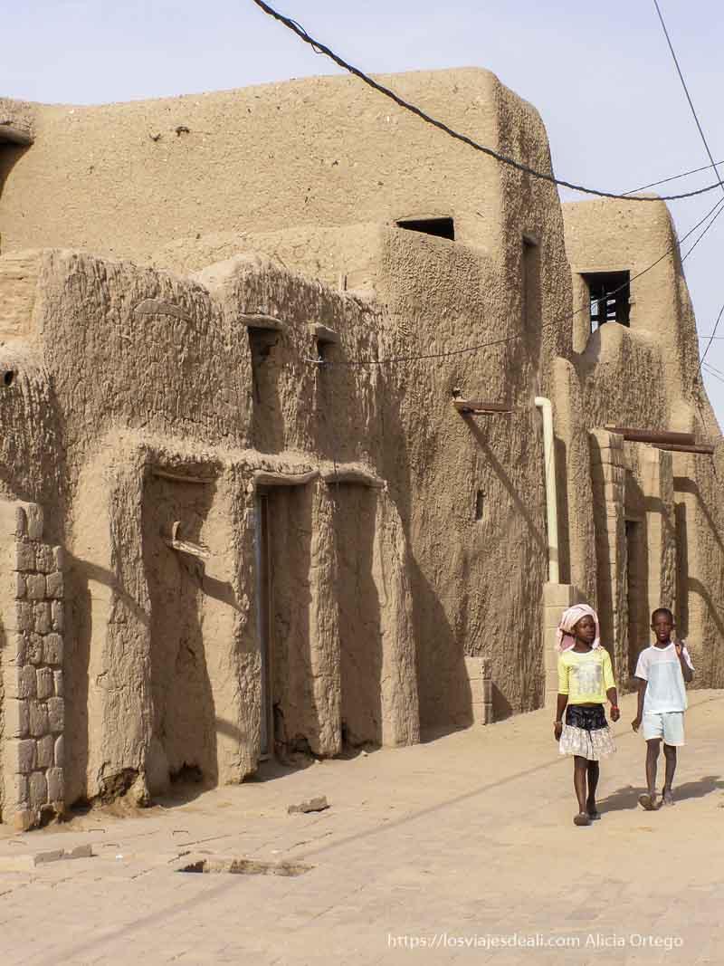 niños caminando por las calles de tombuctú