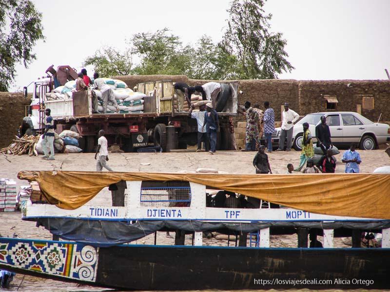 puerto de tombuctú con hombres cargando sacos en camiones un sueño hecho realidad