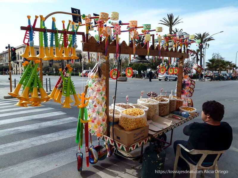 puesto de feria con frutos secos y juguetes para niños Trapani en semana santa