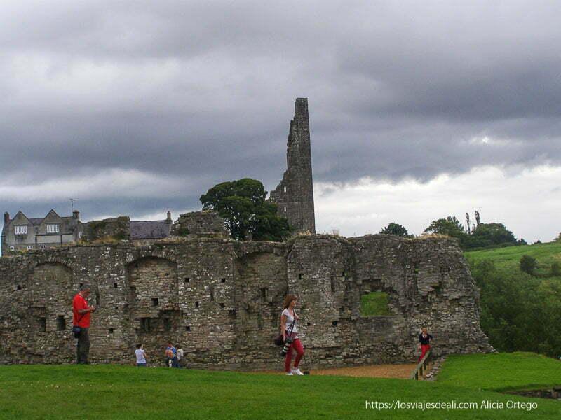visitantes en el castillo de Trim
