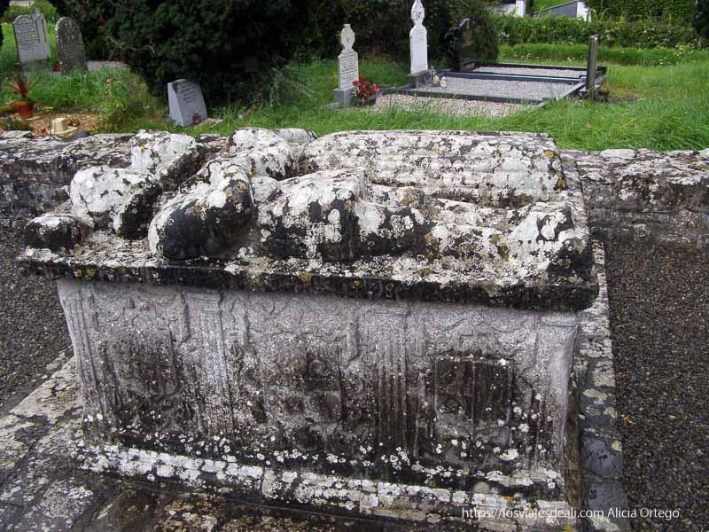 tumba de los amantes en newtown junto a trim