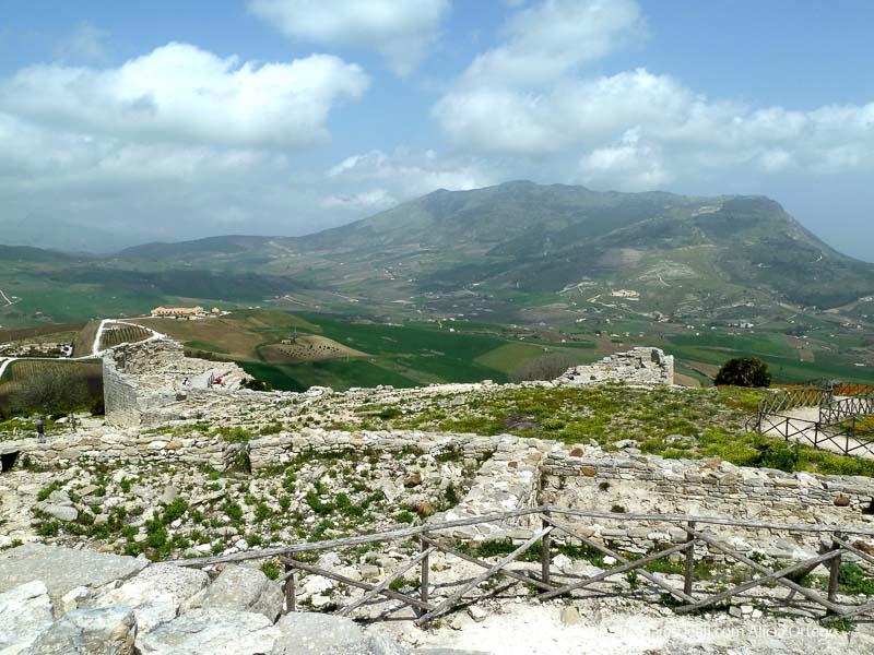 vistas del paisaje de campos y montañas desde el yacimiento de segesta