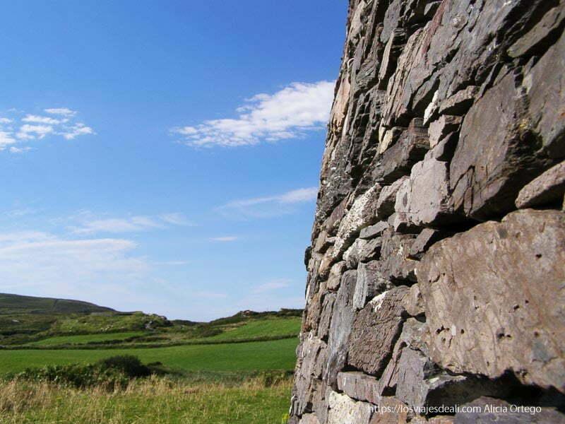 lateral muro de piedra y paisaje verde yacimientos arqueológicos en irlanda