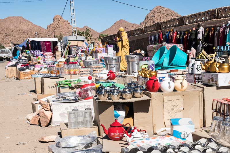 puestos de teteras y ropa en el mercado de djanet y mujer vestida de amarillo mercados del mundo