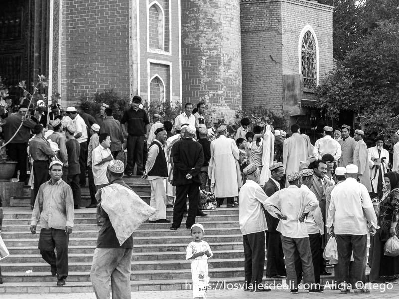 hombres en las escaleras de la mezquita a la salida de la oración kashgar en la ruta de la seda
