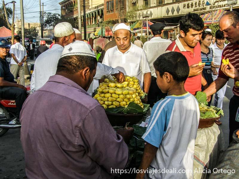 hombres comiendo higos en un puesto de la calle kashgar en la ruta de la seda