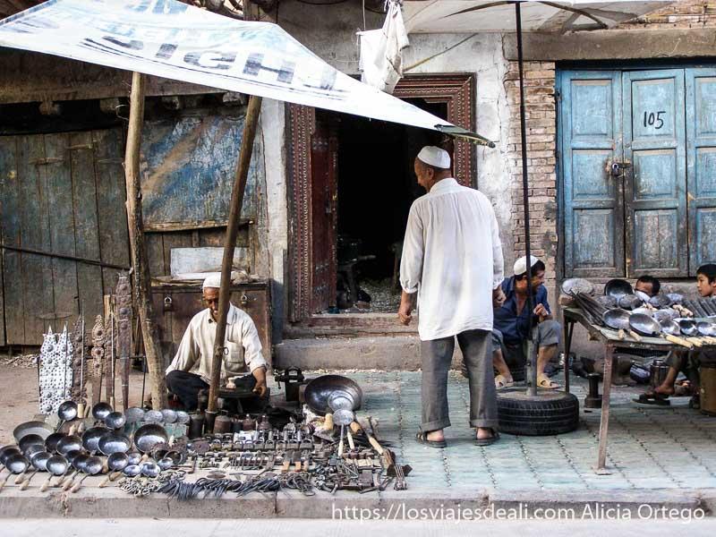 puestos de cazos y utensilios de cocina en la vieja kashgar en la ruta de la seda