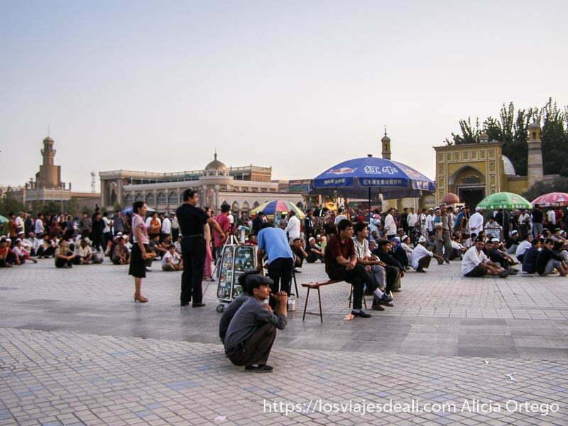 gente viendo una película en la plaza de kashgar en la ruta de la seda