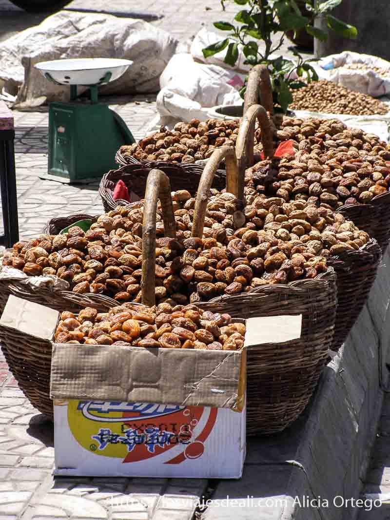 albaricoques secos a la venta en kashgar en la ruta de la seda