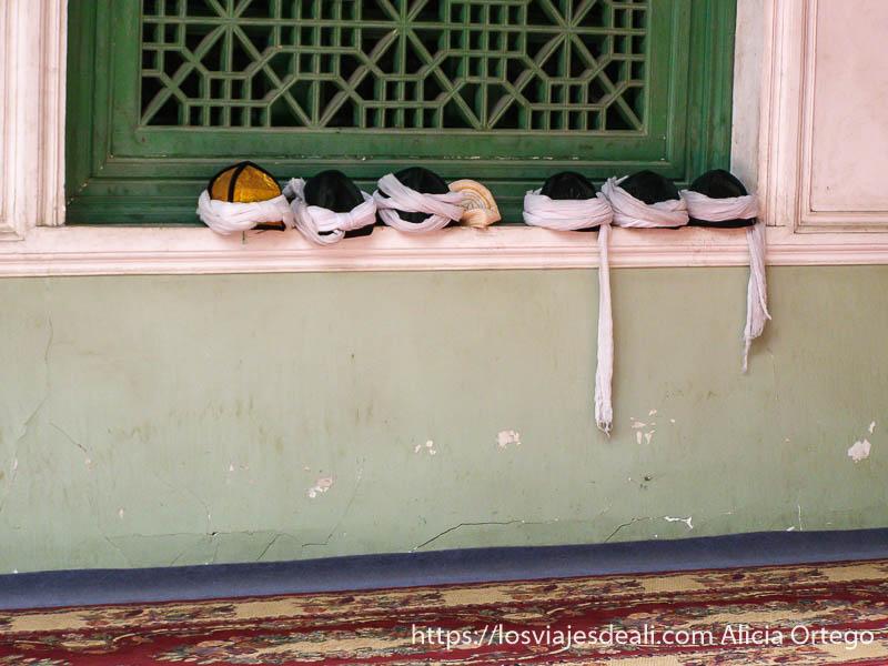gorros en fila en la mezquita de kashgar en la ruta de la seda