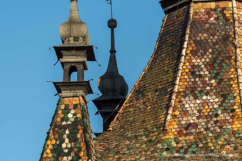 detalle del tejado de la torre del reloj con tejas de colores en sighisoara
