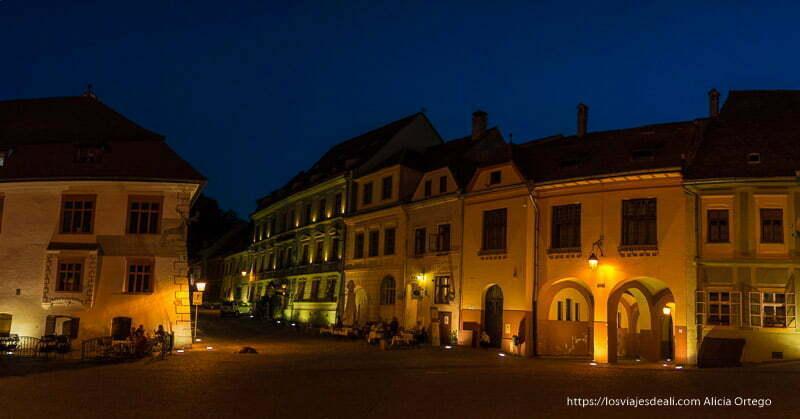 plaza de sighisoara en la hora azul con casas iluminadas