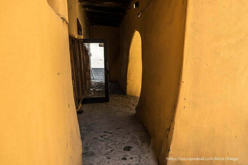soportales de muros muy gruesos pintados de amarillo en sighisoara