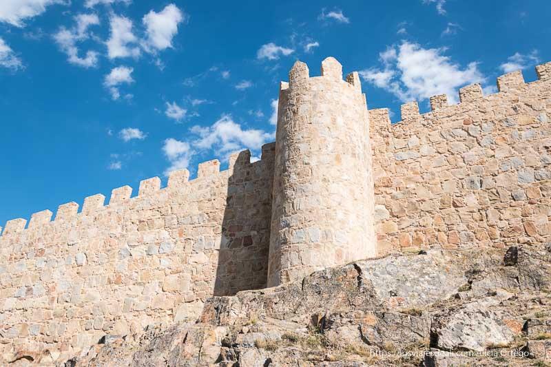 muralla de ávile con el cielo azul y algunas nubes un gran año de viajes