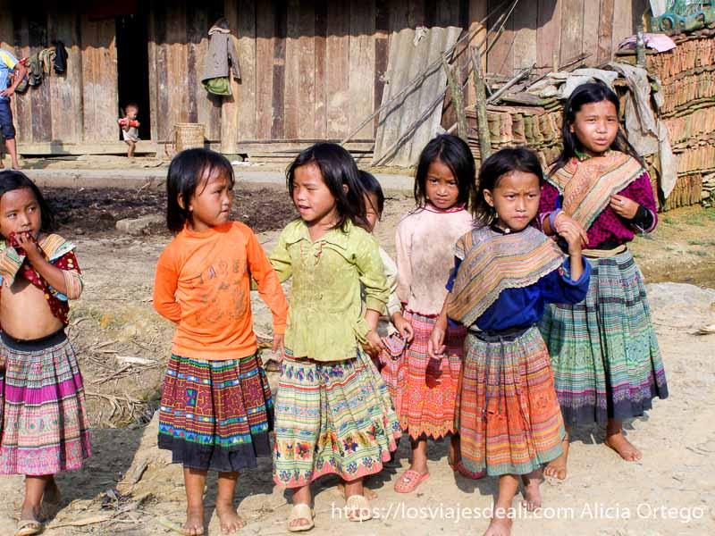 grupo de niñas con sus faldas de colores en el norte de vietnam