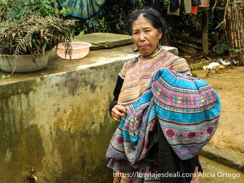 mujer de el norte de vietnam llevando ropa a lavar