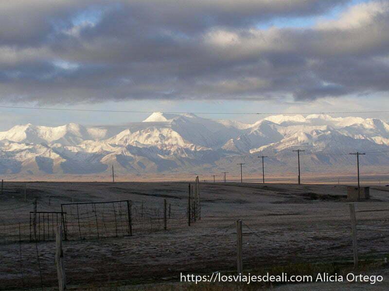 montañas tien shan nevadas con campos agrícolas congelados en primer plano campo base del pico lenin