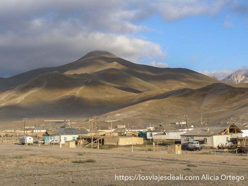 pueblo de sary tash bajo las montañas