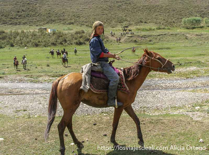 joven jinete kirguis campo base del pico lenin