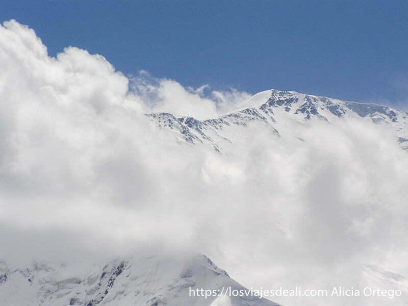 pico lenin rodeado de nubes