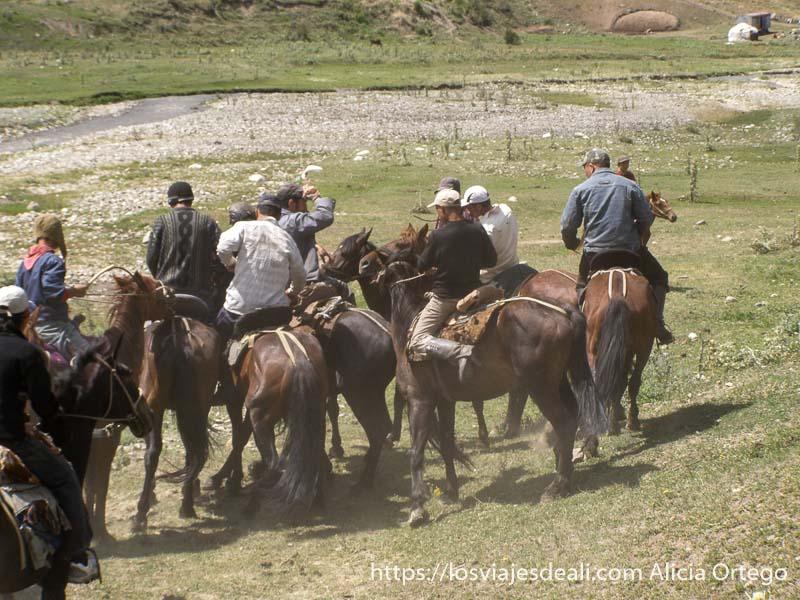 hombres peleándose por el carnero campo base del pico lenin