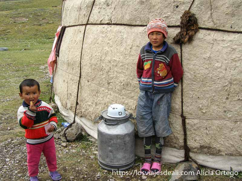 dos niños junto a su yurta campo base del pico lenin