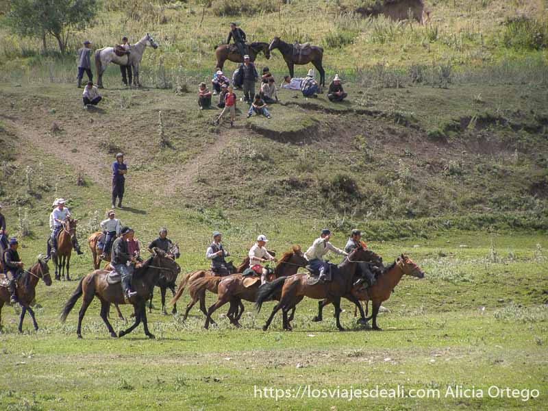 jinetes kirguises corriendo con sus monturas campo base del pico lenin