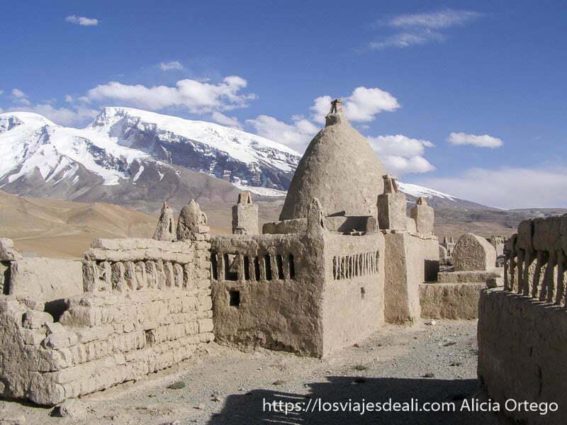 cementerio de adobe que es como un pueblo con el mustag ata de fondo