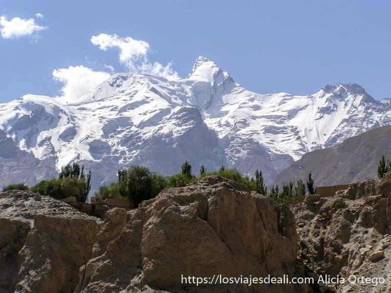 pico nevado perfecto de camino al lago karakul
