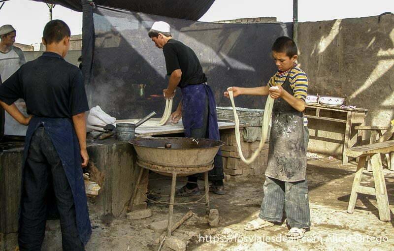 cocineros haciendo fideos muy largos mercado de Kashgar