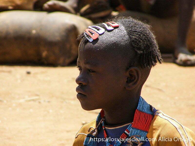niño con trencitas y collar de colores