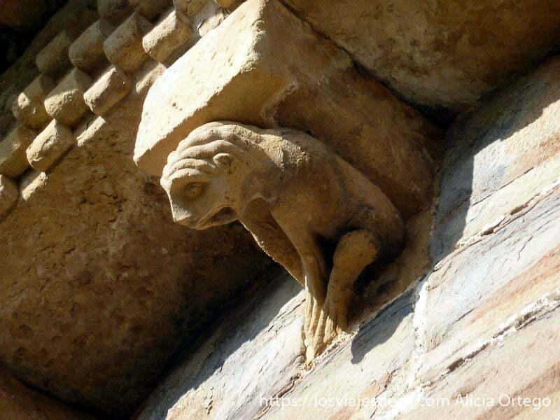 detalle de figura románica en navarra