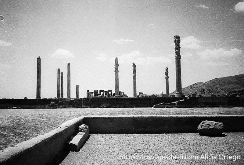 vista de las ruinas de persépolis con las columnas que quedan en pie