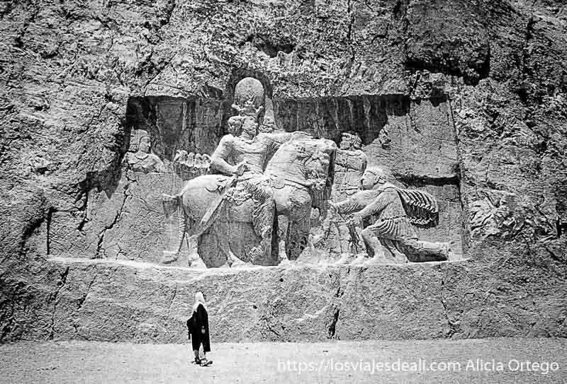 relieve gigantesco en la roca que muestra rendición de los romanos ante el rey persa