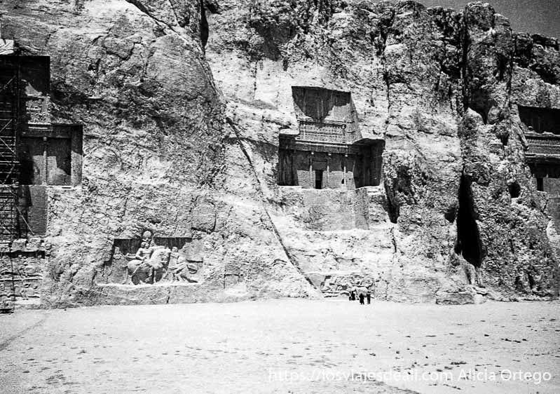 tumbas gigantescas talladas en la roca cerca de persépolis