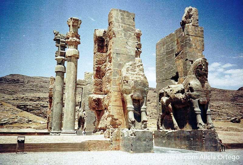 puerta de las naciones de persépolis con dos grandes caballos? en piedra