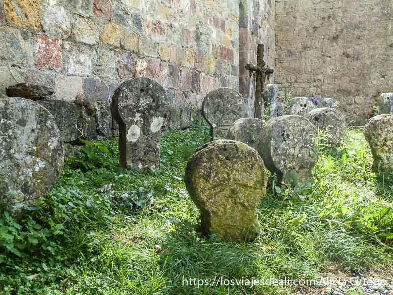 tumbas románicas de forma redonda con cruces de malta pirineo navarro