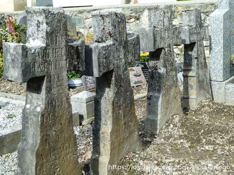 cruces en cementerio pirineo navarro