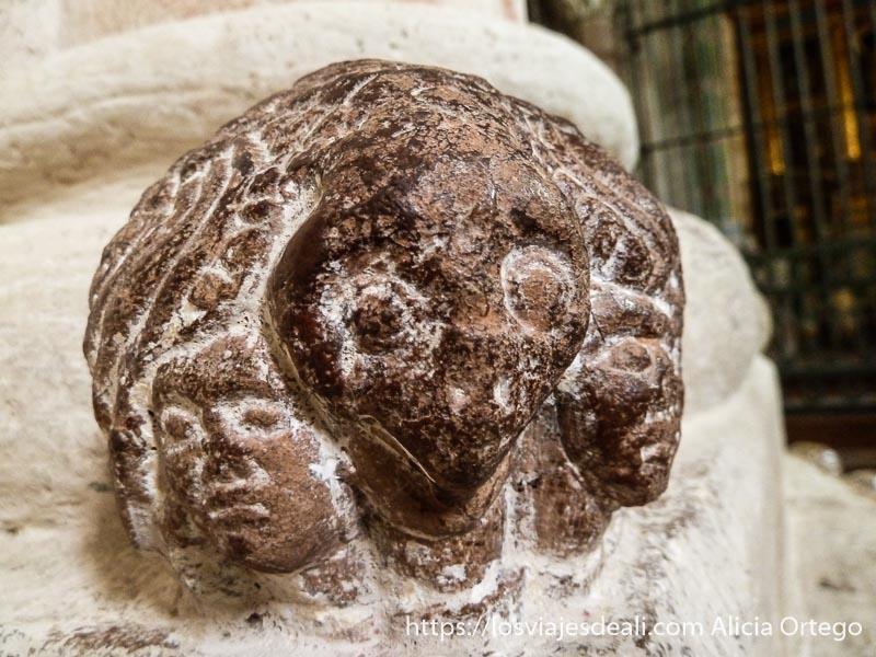 cabezas en relieve en piedra pirineo navarro