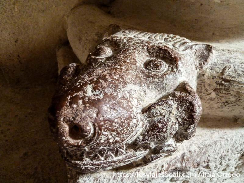 animal fantástico románico en piedra dentro de iglesia pirineo navarro