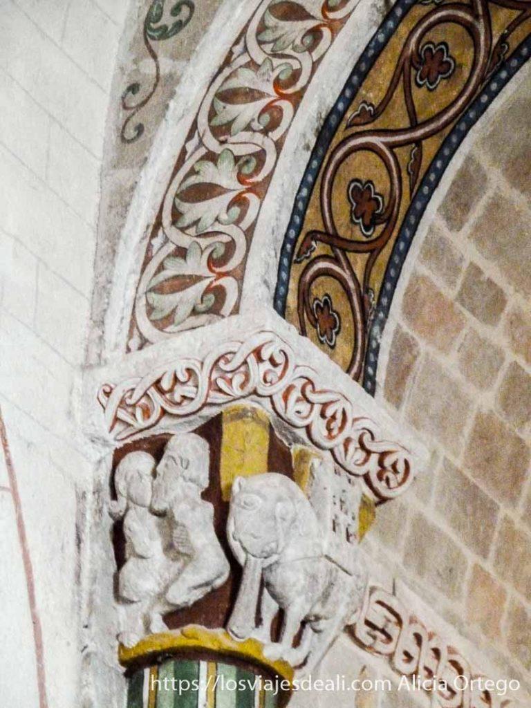 arco con frescos vegetales y un relieve de el rey salomón y la reina de saba besándose pirineo navarro