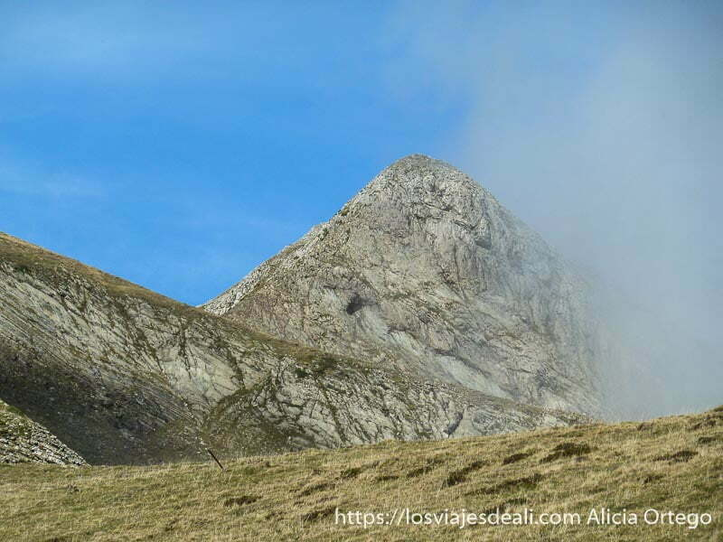 pico semitapado por nubes en pirineo navarro