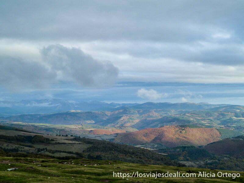 paisaje de montañas cerca de selva de irati
