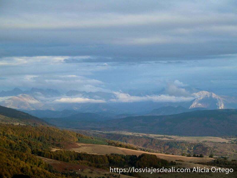 panorama con montaña en forma de herradura y nubes bajas en selva de irati