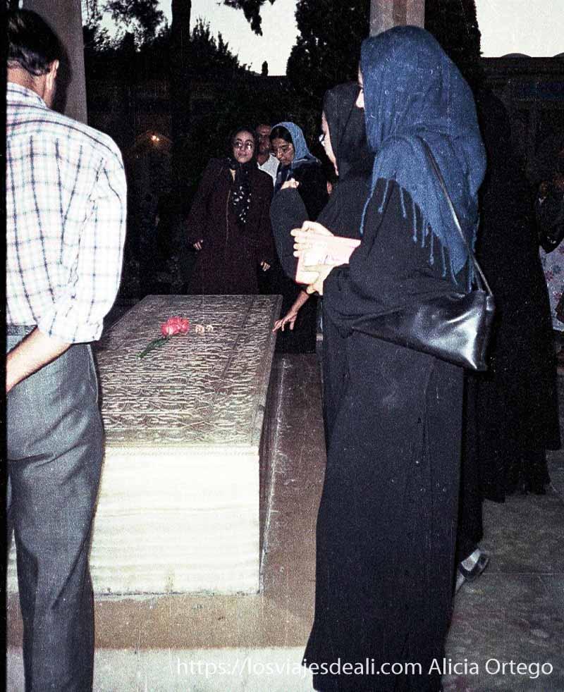 mujeres y hombres ante la tumba del poeta en shiraz