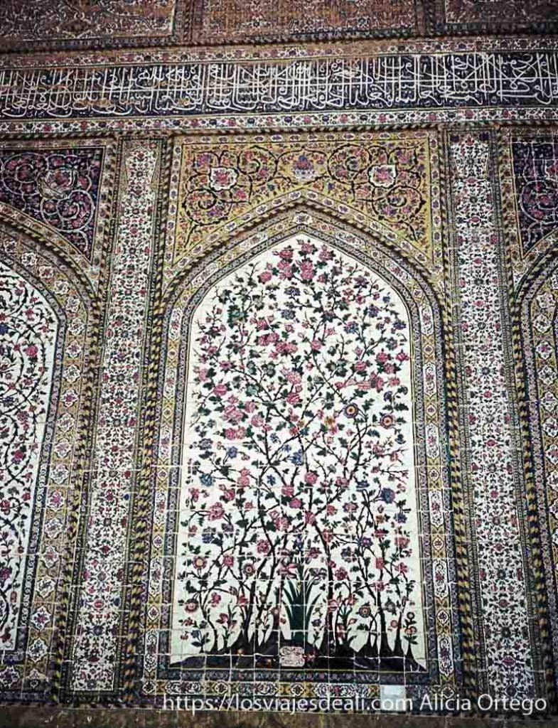 azulejos con motivos florales y aleyas del corán en shiraz