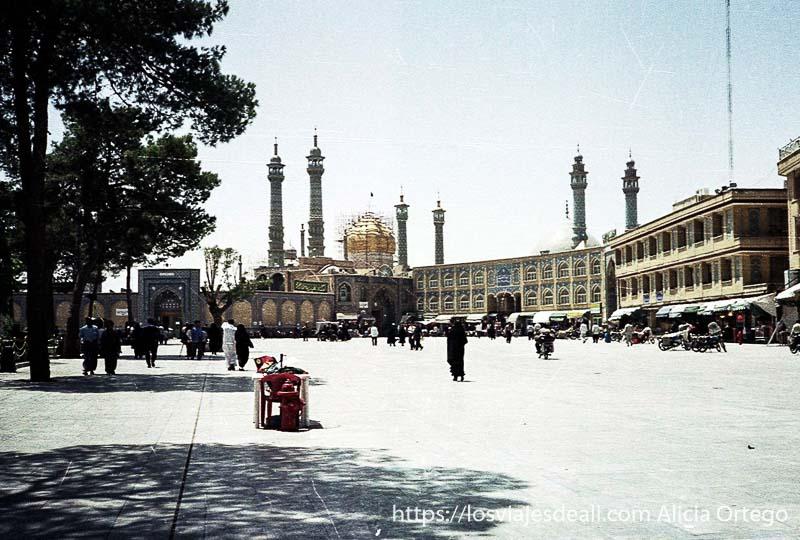 plaza de Qom con cúpula dorada al fondo teheran