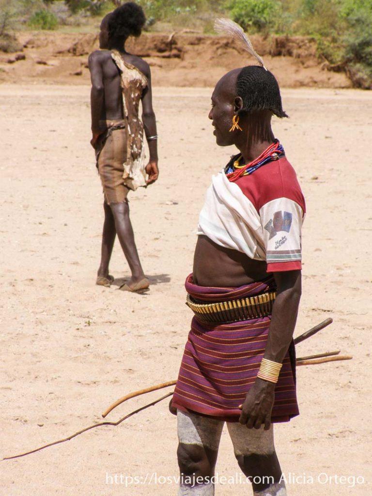 candidato al jumping bull vestido con pieles y su hermano tribu hamer